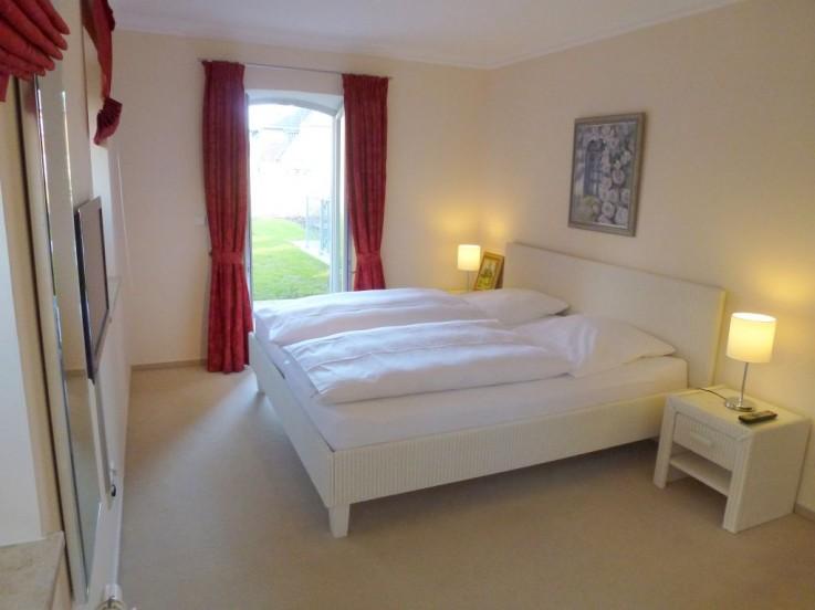 Ger�umiges Schlafzimmer mit viel Schrankraum und Zugang in den Garten.