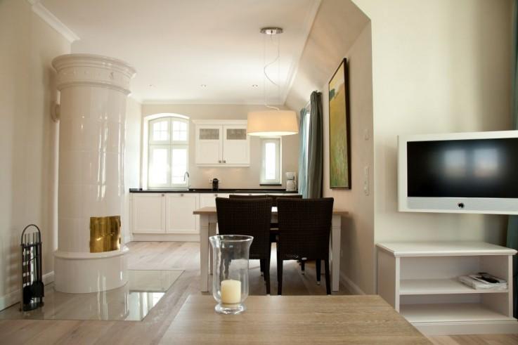 Edles modernes Design in warmen Farben, mit antikem Kaminofen im Ferienappartement 5.