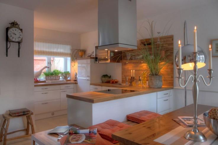 Perfekt ausgestattete moderne Einbauk�che im Boardinghouse mit Essplatz f�r die Familie und TV.
